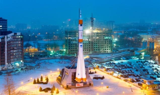 Cohete Soyuz en Samara a la entrada del museo dedicado al espacio