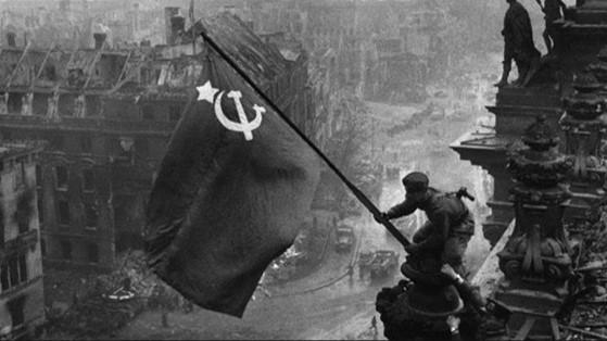 Izado de la bandera soviética en Berlín, símbolo de la victoria soviética