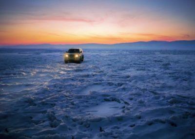 Coche sobre el hielo del lago Baikal