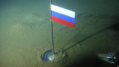 Bandera de Rusia en el fondo del Océano Ártico