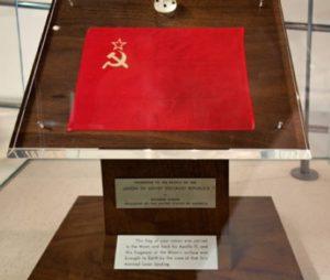 Bandera de la Unión Soviética traída por la misión Apolo XI